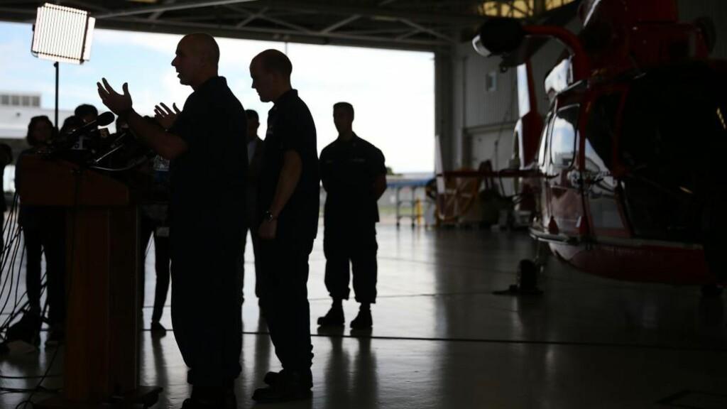 SAVNET SKIP: Sjef i kystvakta, Mark Fedor (til venstre) opplyste under en pressekonferanse mandag at de ikke lenger har noe håp om å finne det savnede skipet. De har derimot ikke gitt opp  håpet om å finne overlevende. Foto: Joe Raedle/Getty Images/AFP