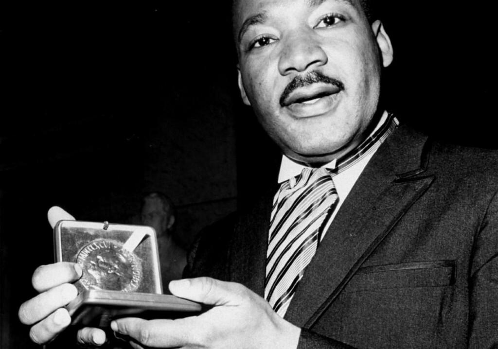 FREDSPRISVINNER: Martin Luther King med sin fredsprismedalje i Oslo i 1964. Borgerrettsforkjemperen ble skutt i Memphis tre år senere. Foto: AP