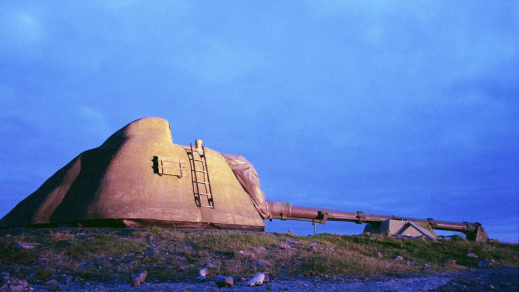 KANONDYRT: Dette er en av de tre kystartillerikanonene kanonene som ble demontert på Kråkvåg fort i Sør-Trøndelag i 2012. Da tilbud ble innhentet, skulle det koste under en million. Nå har to selskaper fakturert tilsammen over 14 millioner for jobben. Det er uklart hvem som gjorde hva. Foto: Torgeir Haugaard / Forsvaret