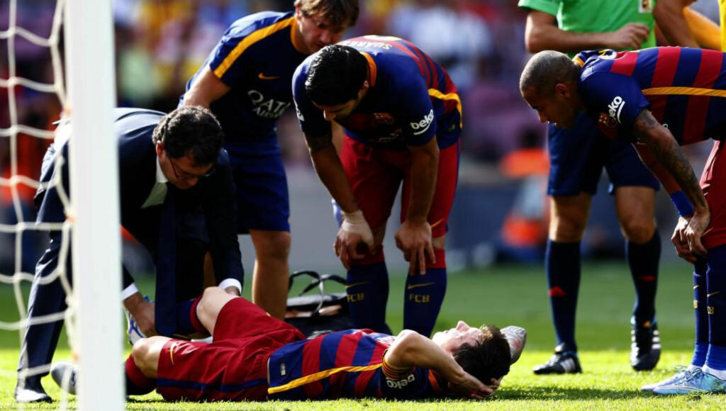 AVHENGIG. Barcelona har gjort seg unødvendig avhengig av Lionel Messi, mener La Liga-ekspert Petter Veland. Her ligger Messi etter at han skadet kneet under kampen mot Las Palmas 26. september. Messi håper å bli klar til El Clasico 21. november. Foto: AP/NTB/Scanpix.