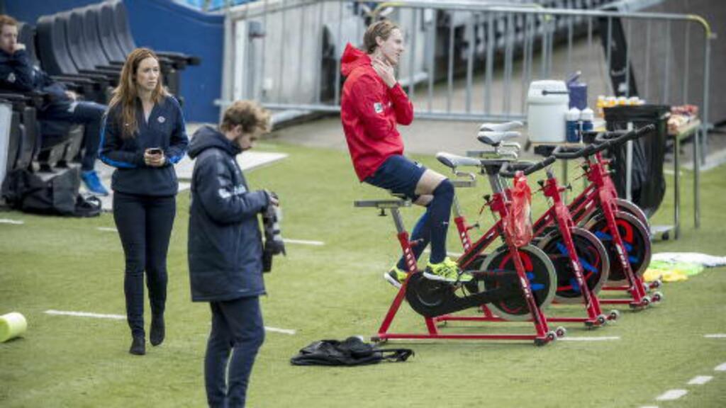 SLITER MED RYGGEN: Stefan Johansen trente heller ikke for fullt i dag. Foto: Bjørn Langsem / Dagbladet