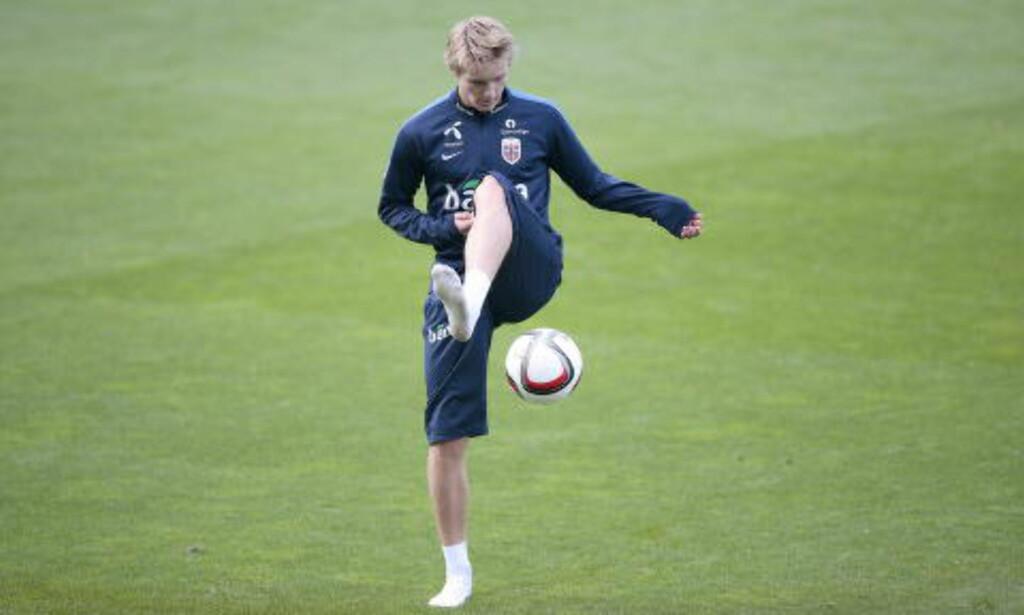 LEKTE MED BALLEN: Martin Ødegaard så ut til å kose seg tilbake i Norge. Foto: Bjørn Langsem / Dagbladet