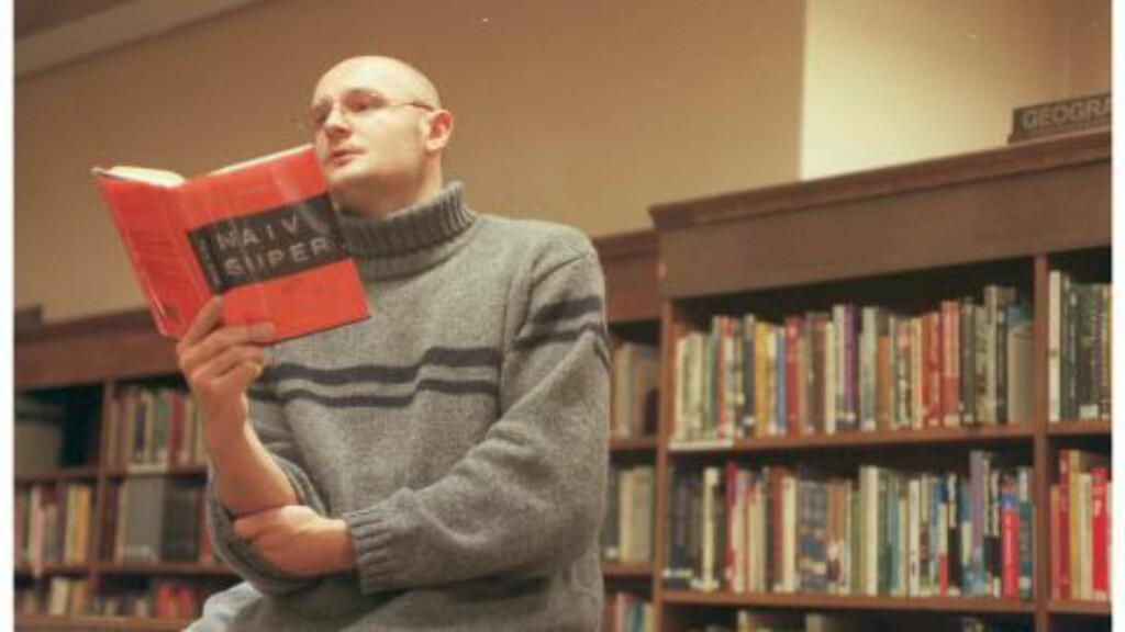 """UNG FORFATTER:En 28 år gammel Erlend Loe leser utdrag fra suksessromanen """"Naiv. Super"""" på Deichmanske bibliotek i 1997. Foto: Birgitte Aasen"""