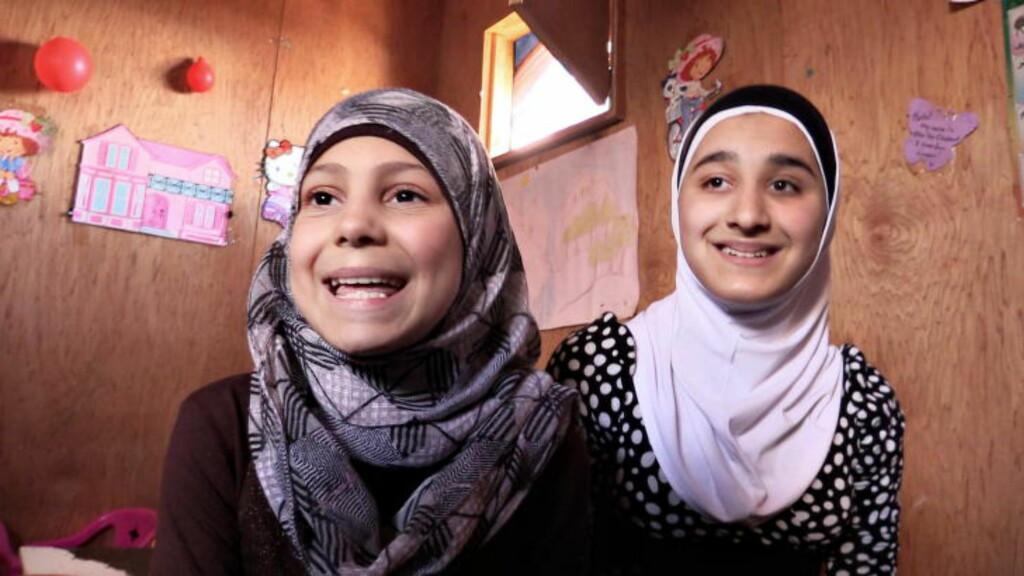 HJELPERNE:  Søskenbarna Baraa (10) og Nejmeh (13) måtte flykte fra gassangrepet i Ghouta, og er syriske flyktninger i Libanon. Her har de startet skole for barna i leiren de bor i.