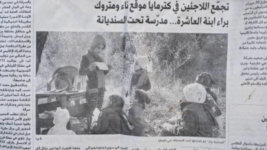 HJELPER HVERANDRE:  Her er sjuårige Baraa avbildet i avisa, mens hun underviser sine syriske medflyktninger under et tre, like utenfor flyktningleiren.