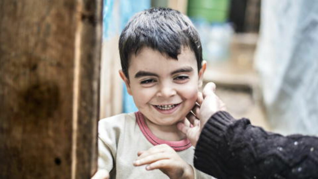 SKOLEKLAR : Denne lille gutten er blant de 50-talls barns som får undervisning av Nejmeh (13) og Baraa (10). Hver morgen løper barna ivrige til skolen.