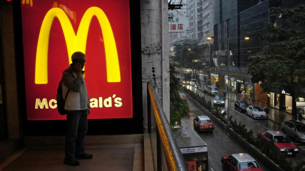 DØD:  En hjemmløs kvinne ble funnet død på en døgnåpen McDonalds i Hong Kong. Foto: Vincent Yu / AP / NTB Scanpix