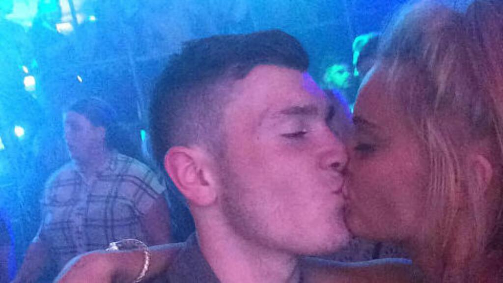 SØK: Pippa McKinney tok til Facebook for å finne den ukjente kysseren fra kvelden i forveien. Foto: Mercury Press & Media Ltd.