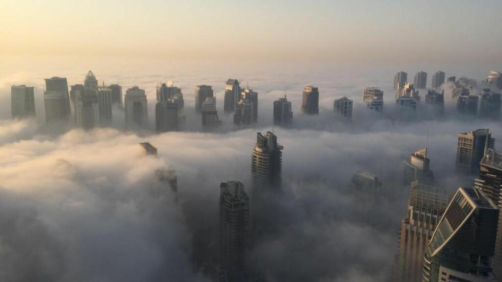 TÅKE:  Hele 88 trafikkuhell ble registrert i morgentåka i Dubai mandag morgen. Foto: AFP PHOTO / RENE SLAMA