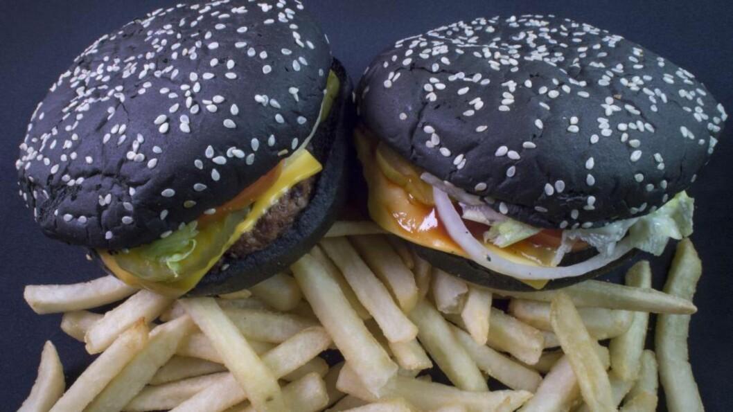 OVERRASKET: En rekke kunder, både fornøyde og misfornøyde, har tatt til Twitter for å rapportere om en uventet bieffekt ved Burger Kings nye «Halloween Whopper». Foto: AFP PHOTO/PAUL J. RICHARDS / NTB SCANPIX
