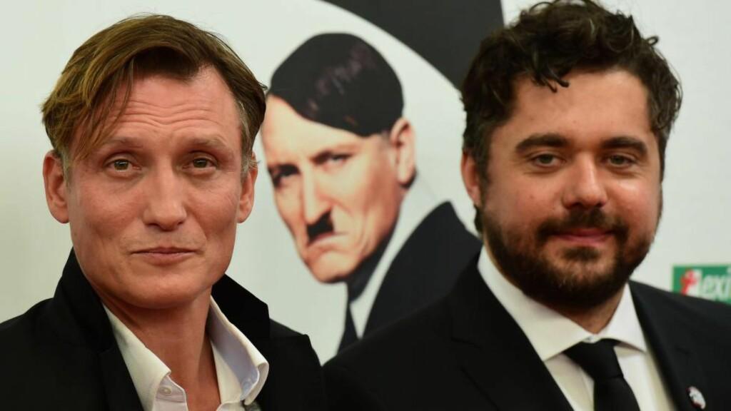 OVERRASKET: Filmregissør David Wnendt (til høyre) og skuespiller Oliver Masucci har laget film om Hitler. Foto:  AFP PHOTO / JOHN MACDOUGALL