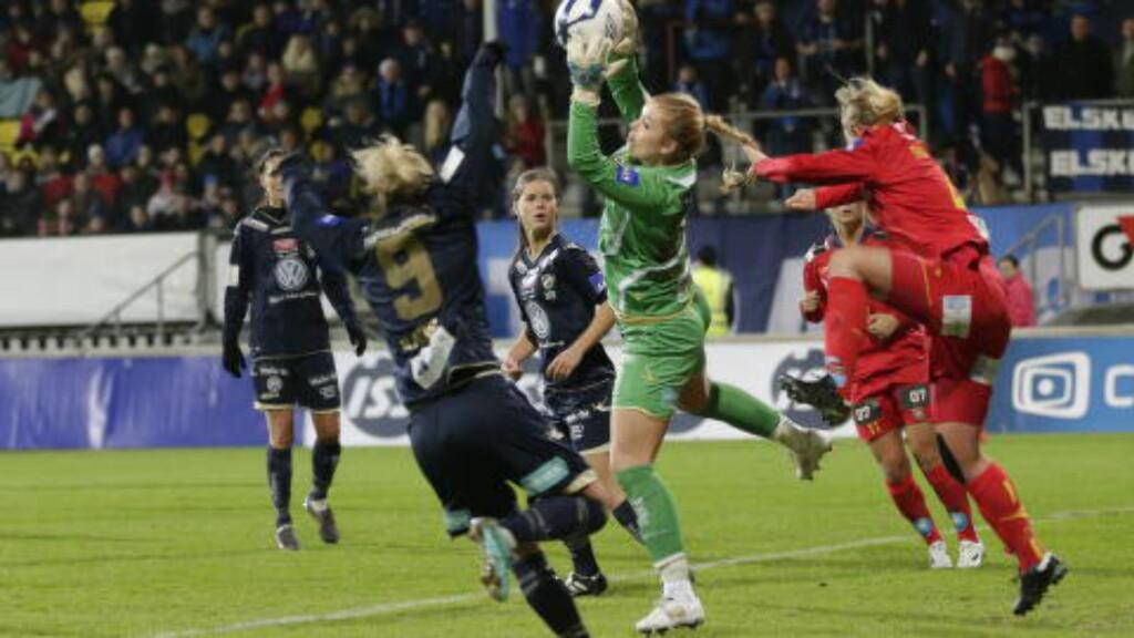 FRA CUPFINALEN: Guro Pettersen vant cupfinalen som Stabæk-keeper i 2012. Her i finale mot Røa. Foto: Berit Roald / NTB scanpix