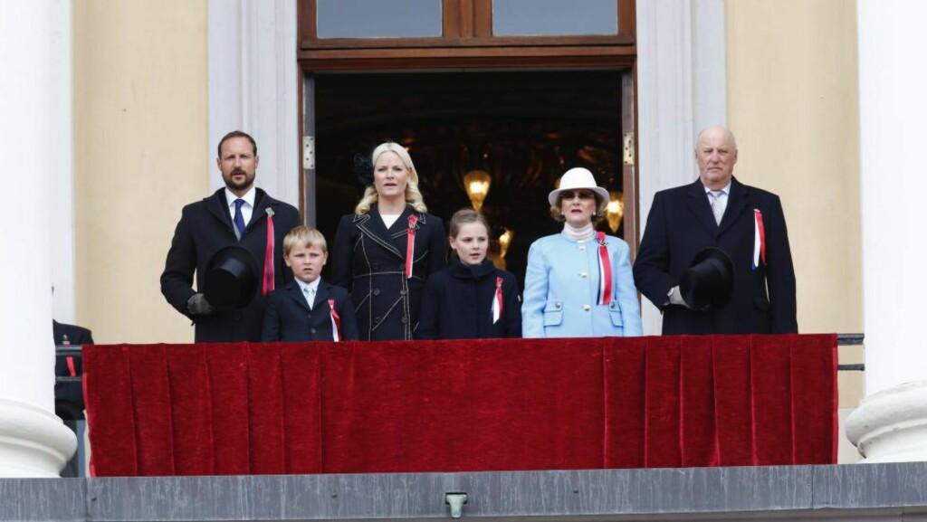 FÅR MER Å RUTTE MED: Konge- og kronprinsparet, her på slottsbalkongen på 17. mai i år. Foto: Heiko Junge / NTB Scanpix