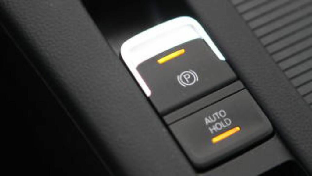BREKK OG BAKKE:  Elekttrisk håndbrekk er plassbestparende, men hvorfor går det ikke automatisk på når du setter den i P, slik for eksempel Mercedes gjør? Foto: RUNE M. NESHEIM