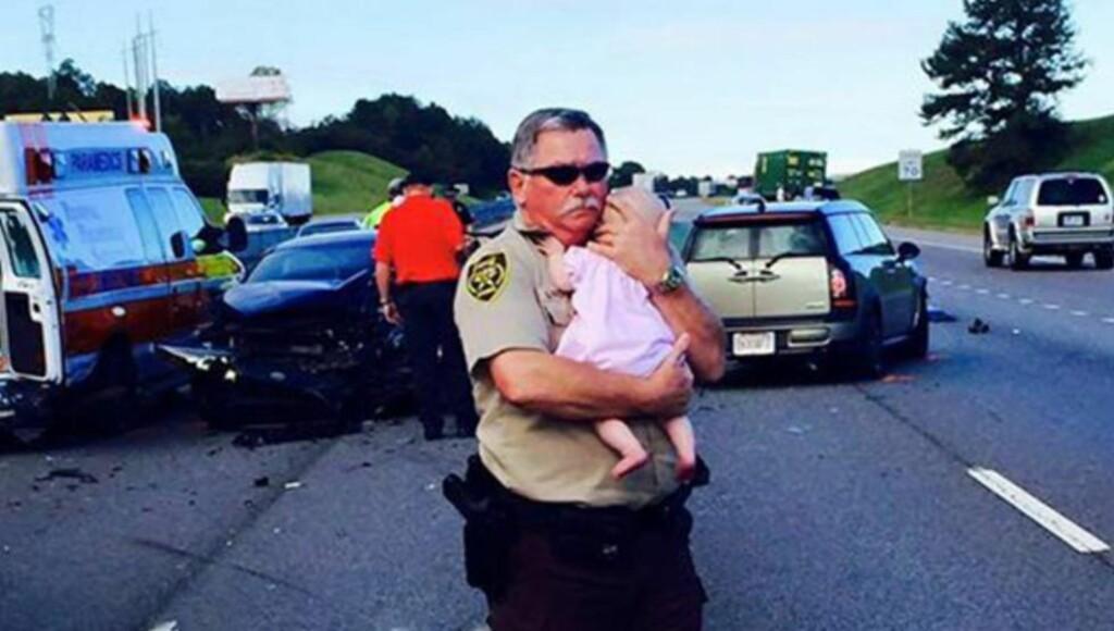 REDDET:  Bildet av Ric Lindley og barnet er delt mer enn 20 000 ganger på sosiale medier. Foto: Jefferson County Sheriff's Office