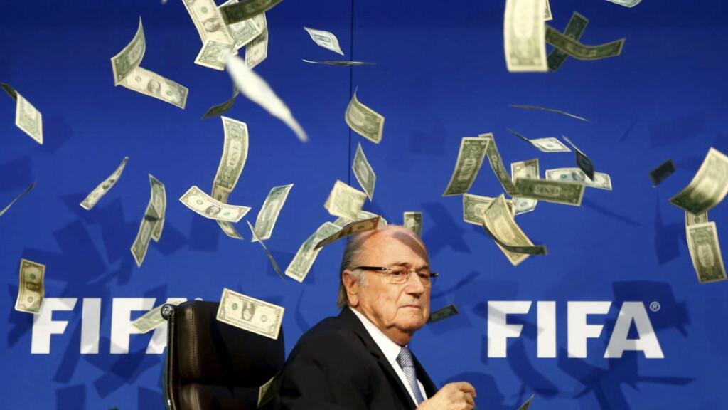 SUSPENDERT: Sepp Blatter, her i et seddelregn i regi av den britiske komikeren Lee Nelson, suspenderes i inntil 90 dager av Fifas etiske komite.Foto: REUTERS/Arnd Wiegmann/NTB Scanpix