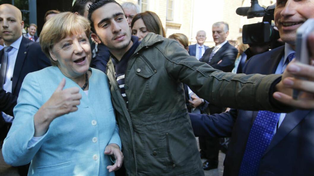 FOR FLYKTNINGKRISA:  Angela Merkel er spillselskapenes favoritt til årets Nobels fredspris, og er også utpekt som favoritt blant mange historikere og Nobel-eksperter. Forbundskansleren er utpekt som favoritt på grunn av sin innsats i flyktningkrisa - for å samle Europa om en løsning og også ta ansvar på hjemmebane. Her tar hun en selfie med en flyktning utenfor et registreringssenter i Berlin. Foto: Fabrizio Bensch / Reuters / NTB scanpix