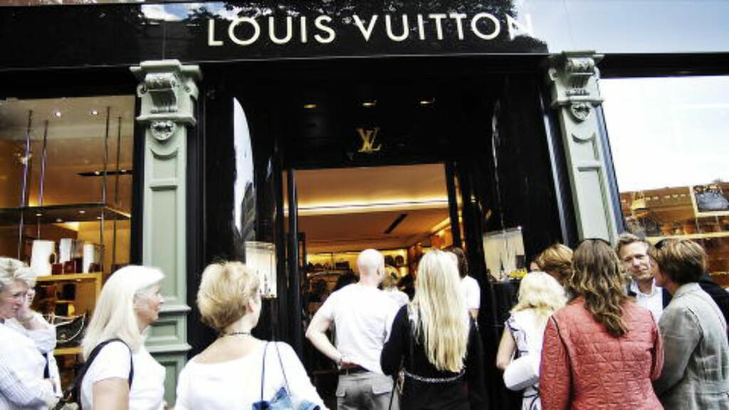 RIKE: Bare nøye utvalgte kunder og rikfolk var invitert da luksusbutikken Louis Vuitton holdt hemmelig fest. Det er ikke rabatter eller salg, det er det aldri her. Men veldig god service, sa en av de frammøte til Dagbladet. Foto: Thomas Rasmus Skaug / Dagbladet