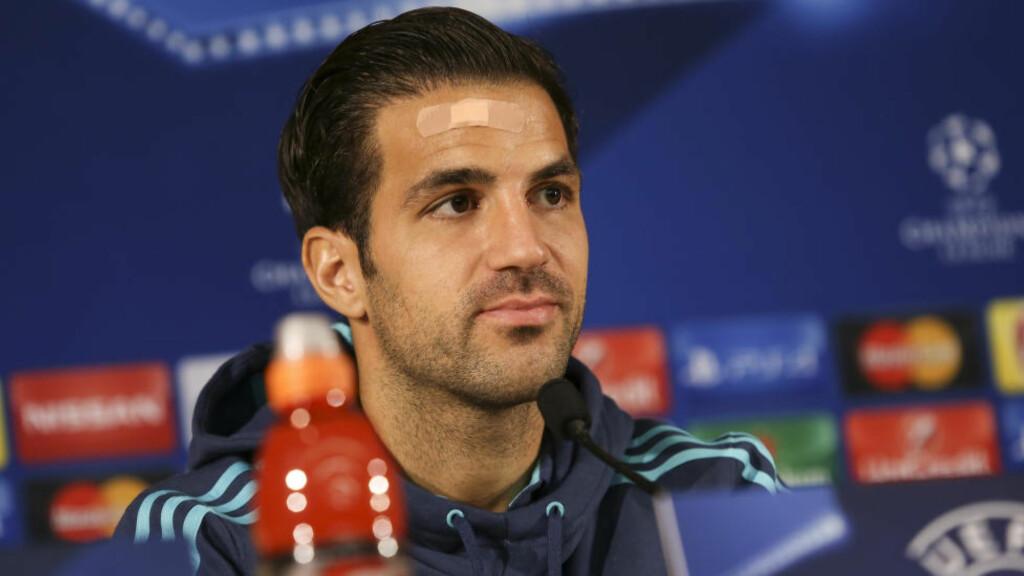 STØTTER MOURINHO. Cesc Fabregas sier at José Mourinho er historiens beste manager i Chelsea. Og at det er mannen som klubben trenger nå etter en svak sesongstart. Foto: DPI/NurPhoto/NTB/Scanpix.