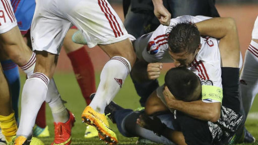 SLÅSSING: Det oppsto slåssing både mellom spillere og supportere under fjorårets EM-kvalikkamp i Beograd. Foto: NTB Scanpix