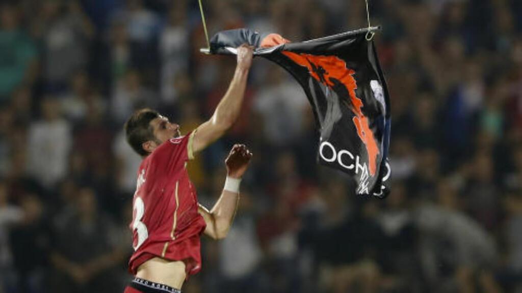 MED DRONE: Det albanske flagget endte hos den serbiske forsvarsspilleren Stefan Mitrovic i fjor. Foto: NTB Scanpix