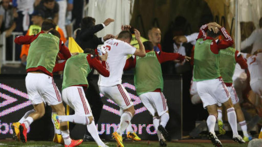 LØP: De albanske spillerne løp i garderoben for å ikke bli truffet under kampen i Beograd i fjor. Foto: NTB Scanpix