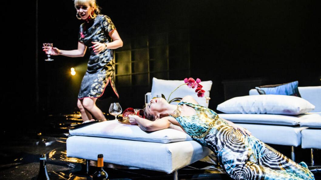 <strong>PÅ FYLLA:</strong> I Ivan Vyrypajevs «Fulle folk» er samtlige rollefigurer stup fulle. Her er Marie Blokhus som Laura, med kjærlighetssorg, og Agnes Kittelsen som Magda, nygift og usikker. Foto: Gisle Bjørneby, Det Norske Teatret