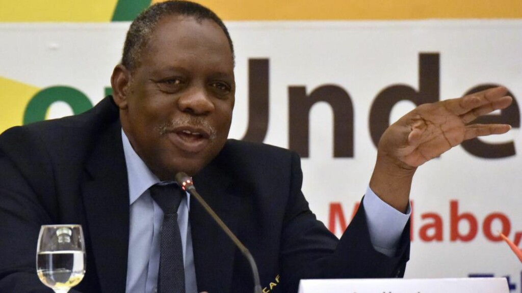 FIFA-TOPP:  Fifa-toppen Issa Hayatou fra Kamerun regnes som organisasjonens øverste leder etter at president Sepp Blatter og visepresident Michel Platini er suspendert i 90 dager. Foto: AFP PHOTO / ISSOUF SANOGO