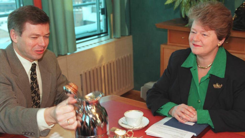 AP OG KRF: Daværende statsminister Kjell Magne Bondevik sammen med daværende leder for Verdens Helseorganisasjon Gro Harlem Brundtland. I årene med Gro som statsminister fikk Ap-regjeringen gjennom budsjettene i Stortinget ved hjelp av KrF og Senterpartiet. Foto: Knut Fjeldstad, NTB Pluss