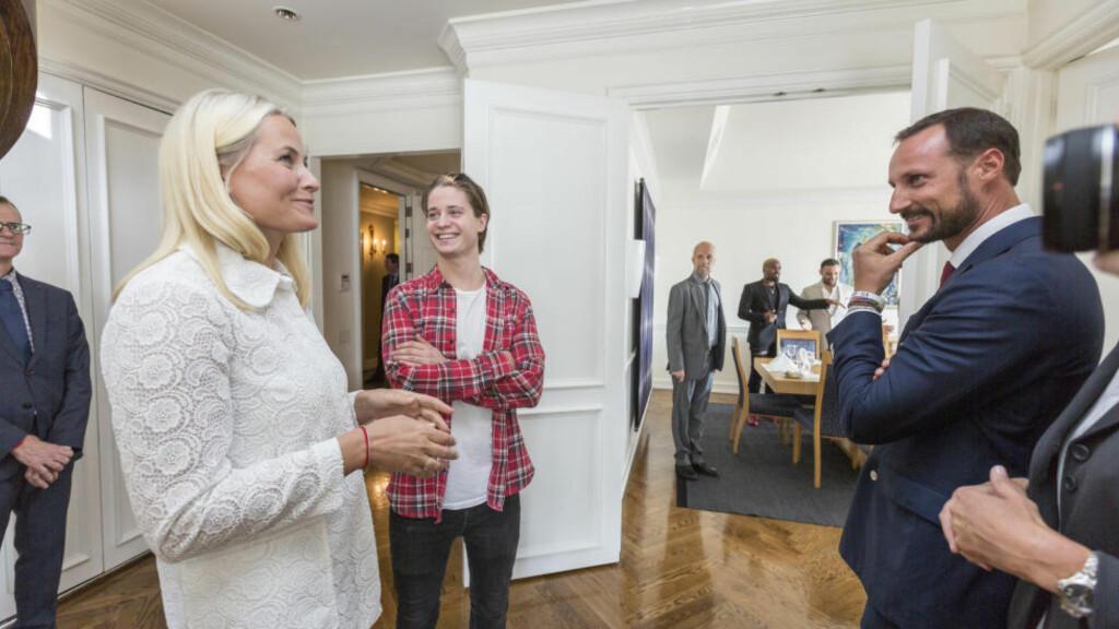 I USA: Kronprinsparet spiste lunsj sammen med den norske artisten Kygo (i midten) og andre aktører i norsk og amerikansk musikkindustri. Foto: Johannes Worsøe Berg / NTB scanpix