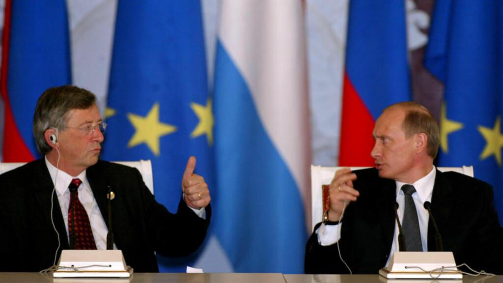 VIL BLI VENNER: EU-kommisjonens president, Jean-Claude Juncker, mener det er på tide at Europa jobber mot å forbedre forholdet til Russland. Bildet fra 2005 viser Juncker, da han som statsminister i Luxemburg møtte Russlands president Vladimir Putin. Foto: AP / NTB Scanpix