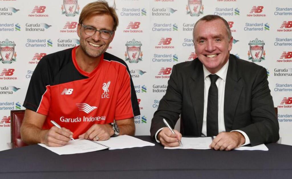 PENN TIL PAPIR: Jürgen Klopp skrev i går under på papirene som binder ham til Liverpool de neste tre årene. Foto: Liverpoolfc