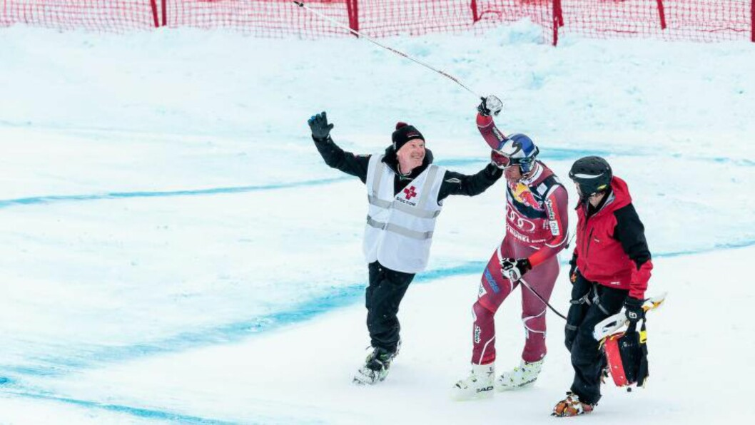 REISTE SEG: Aksel Lund Svindal reiste seg etter det stygge fallet i Kitzbühel, men røk korsbåndet. Foto: EPA/EXPA/JFK