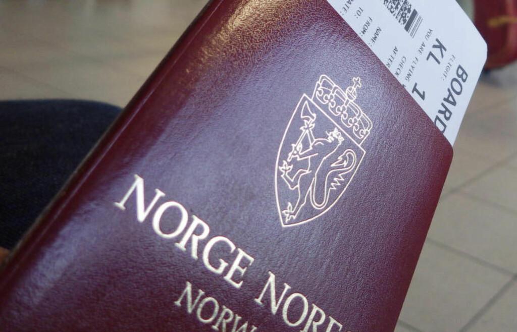 ADVARER: For mange er det fristende å legge ut skrytebilder av reisedokumenter når de skal ut på etterlengtede ferier. Det advares det mot både av ekspertblogger og flyselskap. Foto: THORFINN BEKKELUND / SAMFOTO / NTB SCANPIX