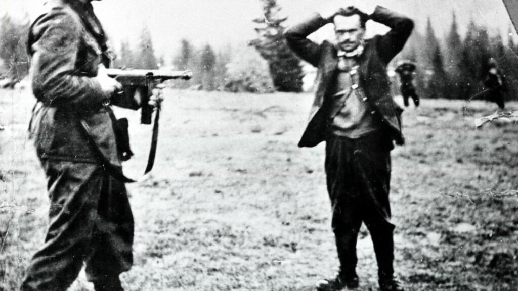 HENRY OLIVER RINNAN: meldte seg tidlig til tjeneste for tysk etterretning. Han fikk etter hvert sin egen avdeling med nordmenn, som fra basen i Trondheim greide å infiltrere mange motstandsgrupper. Han gjorde seg selv skyldig i tortur og et stort antall drap. Rinnan - som bar tilnavnet «Norges mest forhatte mann» - ble dømt til døden og henrettet. På bildet overgir torturisten og angiveren Henry Oliver Rinnan overgir seg, etter å ha vært på flukt. Foto: Privat