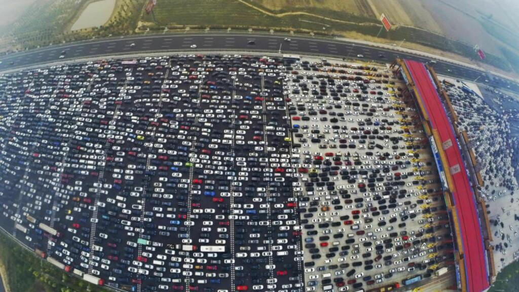 KØ: Bildene er tatt ved en tollstasjon utenfor den kinesiske hovedstaden Beijing på den store innfartsdagen etter en ukes lang ferie. Foto:  REUTERS/China Daily/NTB Scanpix