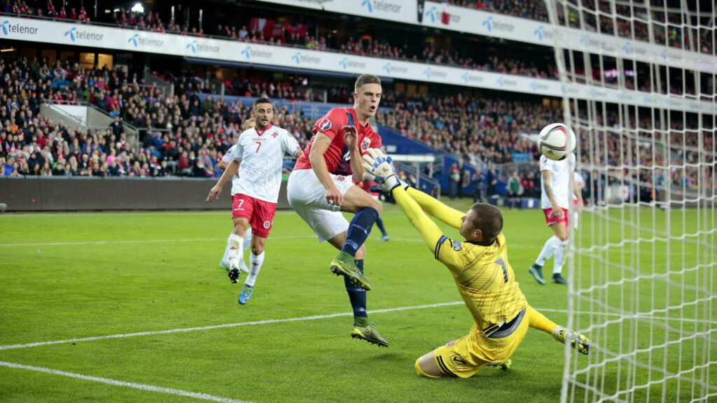 BANENS BESTE: Her blir Markus Henriksen stoppet av Malta-keeper Andrew Hogg, men AZ-spilleren var banens beste på Ullevaal stadion. Foto: Bjørn Langsem / Dagbladet