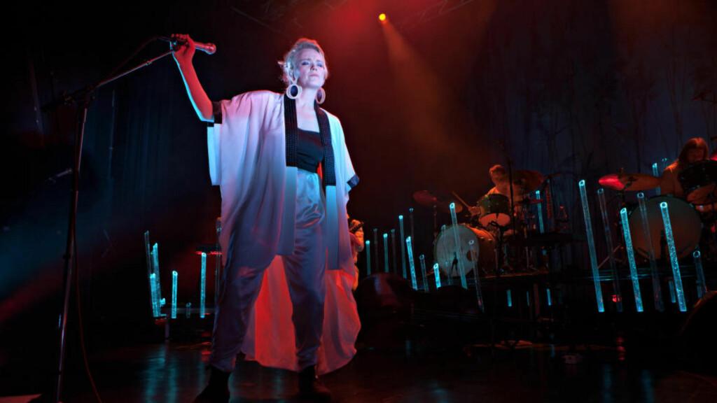 STÅKONTROLL: Ane Brun står ikke mye stille på scenen. Her fra turnéstarten på Sentrum Scene i Oslo i går kveld. Foto: Anders Grønneberg / Dagbladet