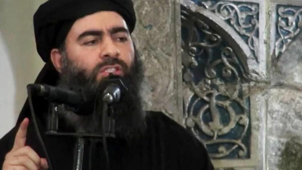 <strong>-TRUFFET I LUFTANGREP:</strong>  Iraks flyvåpen hevder å ha rammet bilkolonnen til IS-leder Abu Bakr al-Baghdadi i et luftangrep i dag.  USAs utenriksdepartement har satt en dusør på 10 millioner dollar for informasjon som leder dem til IS-lederen. Foto: AP Photo/Militant video/ NTB Scanpix
