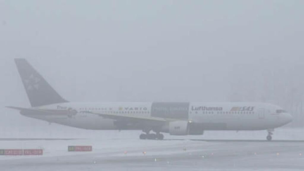 TETT: Tåke gjør det umulig å fly inn eller ut fra Værnes flyplass i Trondheim. Dette bildet er fra tåke ved en tidligere anledning. Arkivfoto: Scanpix