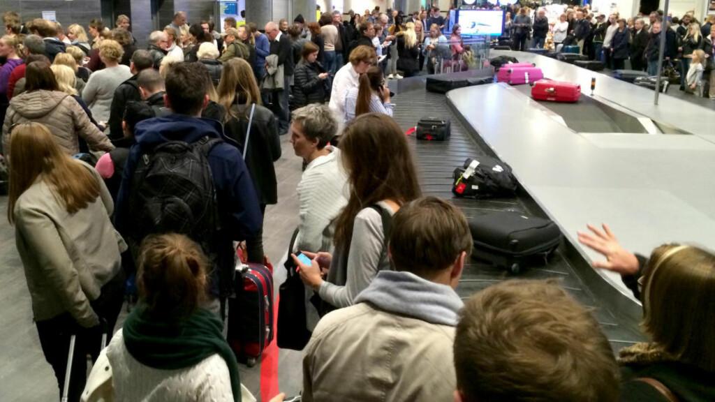 KØ: Passasjerer i kø i terminalbygningen på Trondheim lufthavn Værnes søndag kveld, etter at flyplassen ble stengt på grunn av tåke. Foto: Bibiana Dahle Piene / NTB scanpix