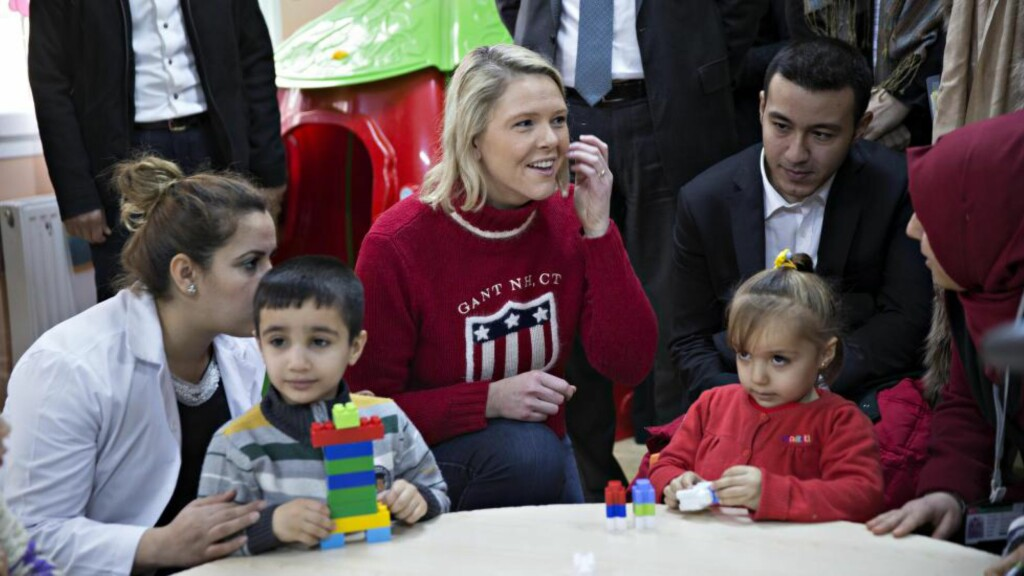KREVENDE SITUASJON: Innvandring- og inkluderingsminister Sylvi Listhaug (Frp) kjemper en kamp på to fronter for å få sendt ut flest mulig asylsøkere på kortest mulig tid. Her er hun på besøk i en flyktningleir ved Gaziantep i Tyrkia, nær grensen til Syria. Foto: NTB scanpix