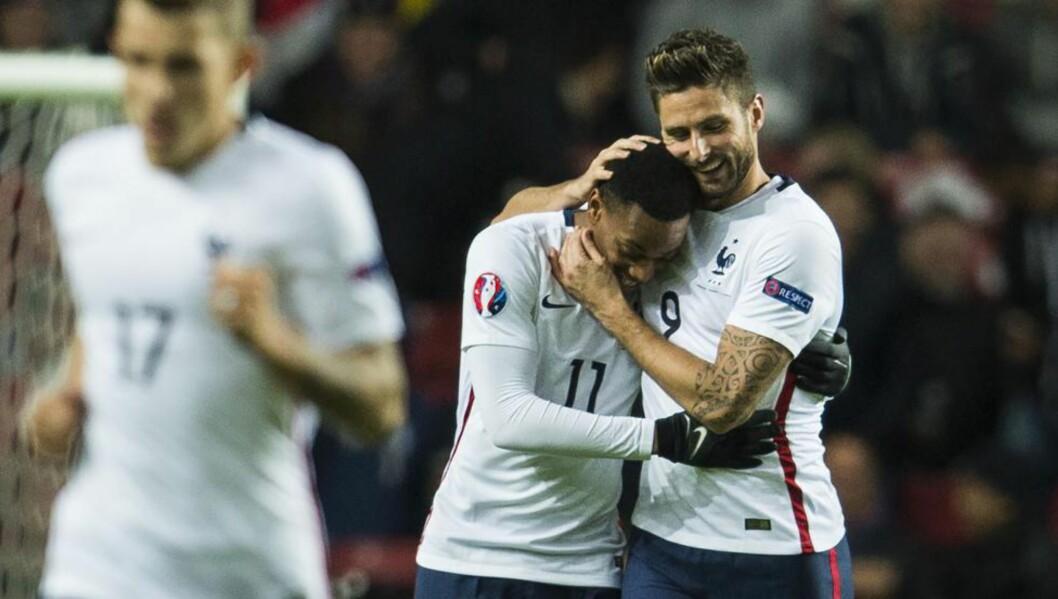 SENKET DANMARK: Olivier Giroud (t.h.) scoret to ganger da Frankrike slo Danmark 2-1 i kveld. Anthony Martial hadde målgivende på den ene nettkjenningen. Foto: AFP / ODD ANDERSEN / NTB Scanpix