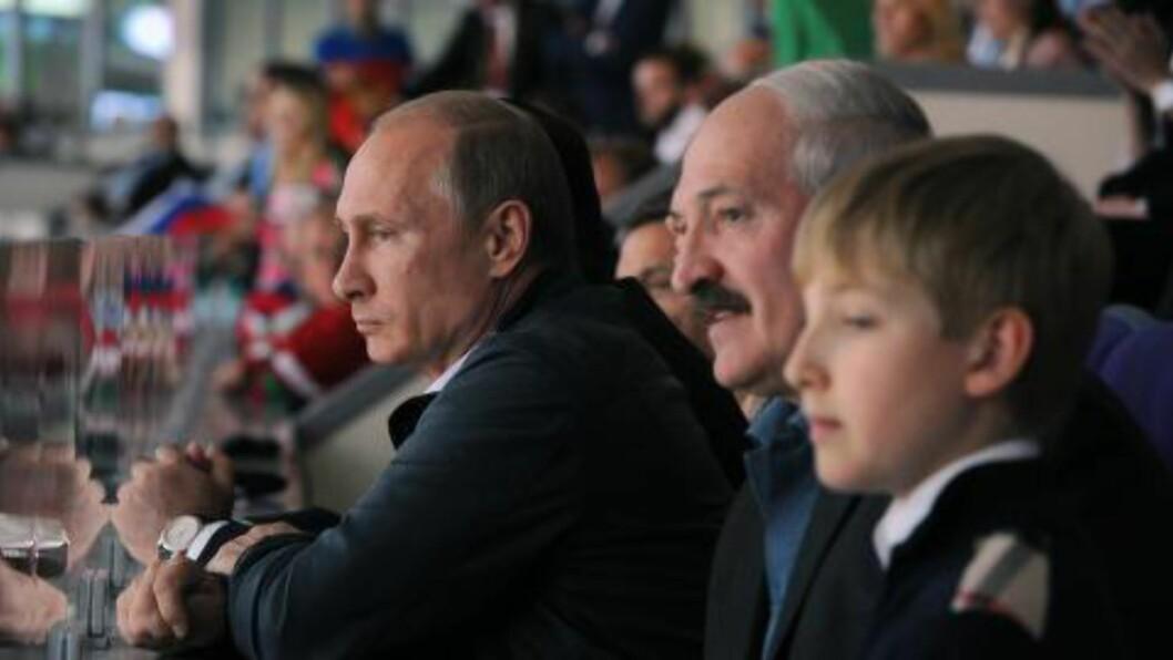 PUTIN: Her er Aleksandr og Nikolai avbildet sammen med Russlands president Vladimir Putin under ishockey-VM i Minsk i fjor. Foto: AP Photo/RIA-Novosti, Mikhail Klimentyev, Presidential Press Service/NTB Scanpix
