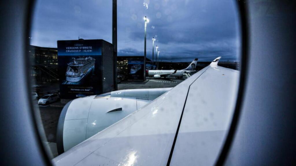 FØRST I EUROPA: SAS får levert sine åtte Airbus A350 fra 2018, som skal ta opp kampen mot Norwegians flaggskip, Boeing 787 Dreamliner. Bildet er fra flyets første dag i kommersiell drift, her fotografert parkert ved gate på Gardermoen fredag. Foto: Halvor Solhjem Njerve / Dagbladet