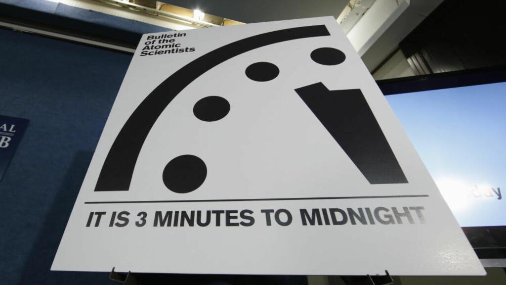 3 MINUTTER FRA UTSLETTELSEN: Klokka, som siden 1947 har fungert som en metafor for hvor stor fare menneskeheten utsetter seg for, står i 2016 på tre minutter fra midnatt. Det er samme posisjon som i fjor. Foto: AP Photo/Alex Brandon