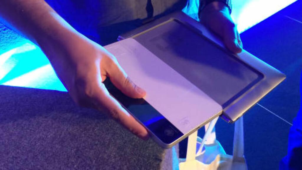 Du skyver brettet inn i et spor på baksiden av tastaturet når det ikke er i bruk. Foto: BJØRN EIRIK LOFTÅS