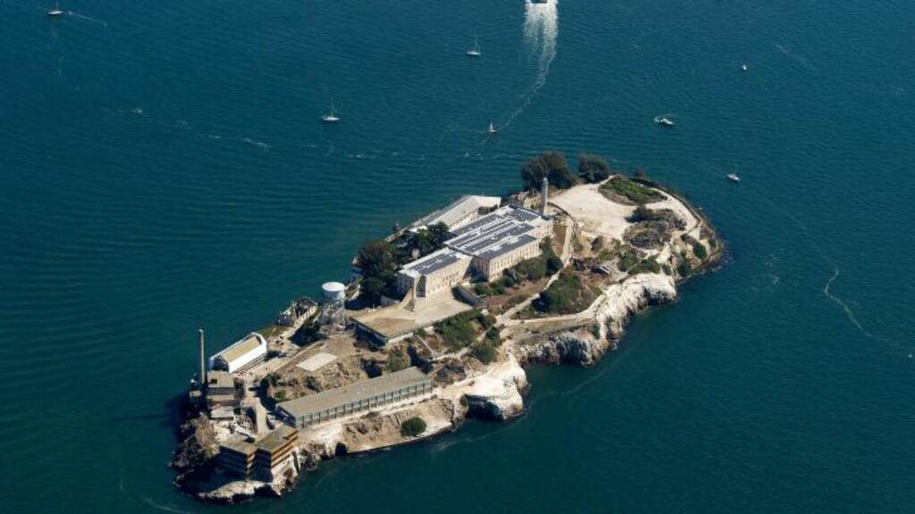 FENGSELET: Midt på øya i San Fransisco-bukta, ligger Alcatraz-fengselet, som angivelig skal være umulig å rømme fra. Foto: AFP PHOTO/ JOSH EDELSON