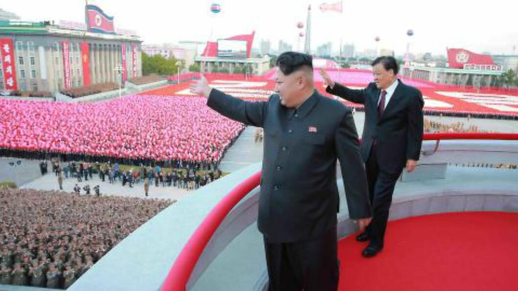 DISIPLINERT HYLLEST:  Den nye landsfaderen Kim Jong-un tar imot nordkoreanernes hyllest søndag på plassen oppkalt etter hans bestefar Kim Il Sung - solens sønn.Med på balkongen Liu Yunshan, rengert som femte mektigste mann i Kinas kommunistparti. Foto: KCNA/EPA/NTB Scanpix.