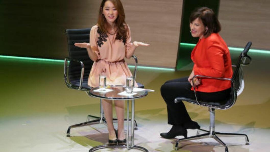 FORTALTE PÅ KONFERANSE I LONDON:  Yeonmi Park blir intervjuet av BBC-korrespondent Lyse Doucet på Women in the World-konferansen. Foto: Tim Ireland, AP/NTB Scanpix.